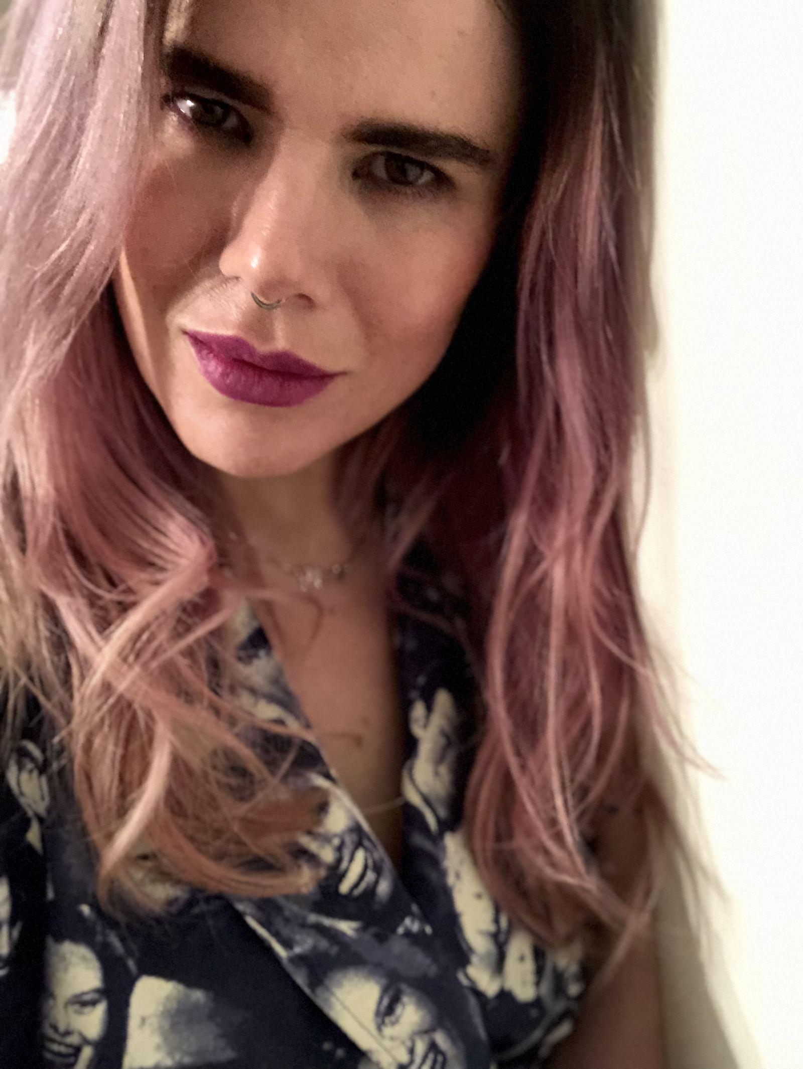 Headshot of Blogger Pixie Tenenbaum wearing vintage Dieter Heupel from Trendlistr, with pink hair and a purple lip